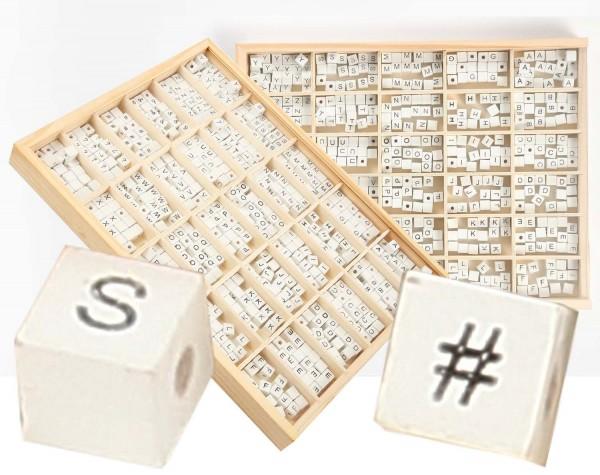 Displaybox Holzperlenmix in Würfelform weiß: ABC und Sonderzeichen